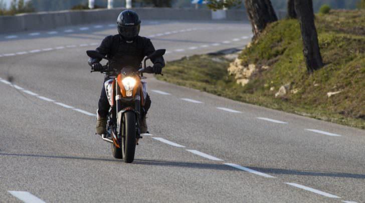 Der Motorradlenker verlor die Kontrolle über sein Fahrzeug und kam ins Rutschen.