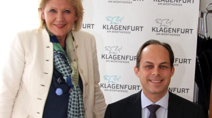 Bürgermeisterin Maria-Luise Mathiaschitz mit dem Generalkonsul Berkan Pacarzi bei der Eintragung ins Goldene Buch der Stadt Klagenfurt.