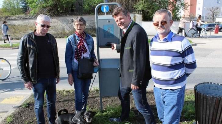 """Auf Initiative von Vzbgm. Christian Scheider hat die Abteilung Straßenbau/Verkehr zehn neue Gassimaten aufgestellt. Auch Dackel-Rottweiler-Mischling """"Micki"""