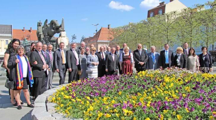Bürgermeisterin Dr. Maria-Luise Mathiaschitz mit den Delegationsteilnehmer aus den Partnerstädten vor dem Blumenrondeau auf dem Neuen Platz