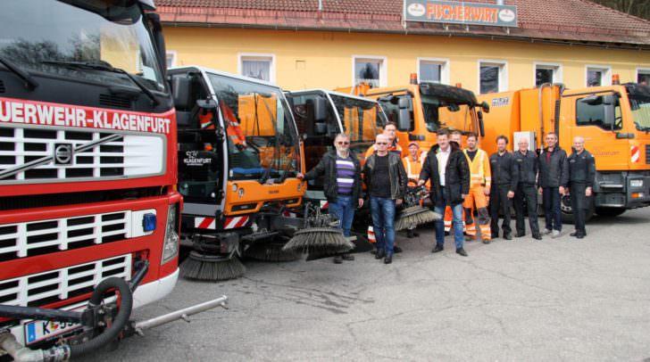 Vizebürgermeister Christian Scheider mit dem Team der Straßenreinigung und Feuerwehr bei den Einsatzfahrzeugen