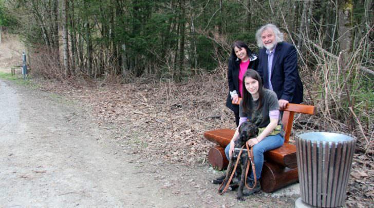 Freuen sich über die neue Rastmöglichkeit: Hundepatin Michaela mit Luna, Stadtrat Frank Frey und Petra Röttig.