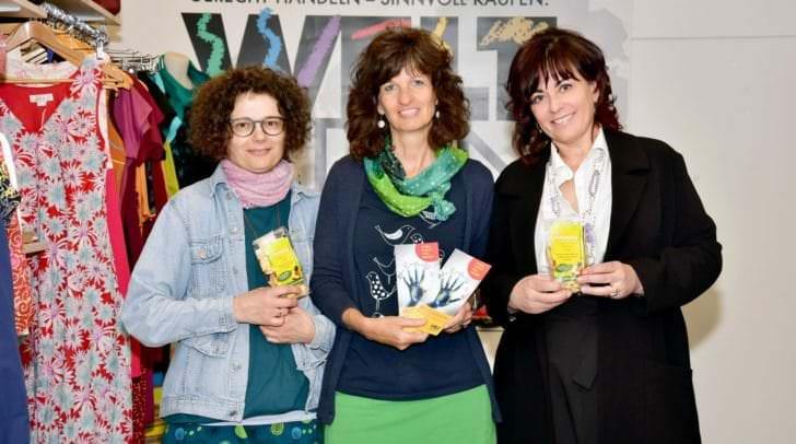 Vizebürgermeisterin Dr.in Petra Oberrauner mit Weltladen-Leiterin Petra Maurer und Mitarbeiterin Sandra Edtmair.