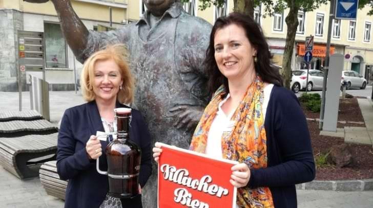 Fixpunkt der neuen Themenstadtführung ist der Braumeister aus Bronze: Gerlinde Klammer-Minichberger (links) und Mag. a Marlies Stadler führen ab sofort Gäste durch die Braustadt und die Brauerei.