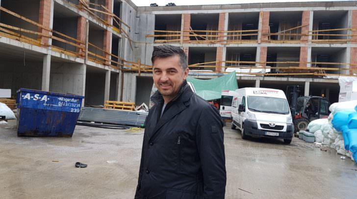 """Aleksic """"Miki"""" Milojica vor seinem neuen Hotel"""