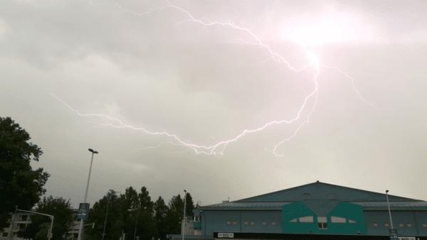 Die Leserin drückte genau zum richtigen Zeitpunkt den Auslöser ihrer Kamera und schoss dieses tolle Blitz-Foto.