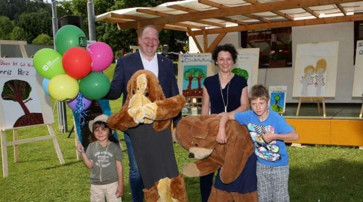 Dorfleiter Michael Trebo und GF SOS-Kinderdorf Region Süd Susanne Maurer sind glücklich über die große Wertschätzung, die sie Jahr für Jahr von den Besuchern des kreativen Festes erfahren
