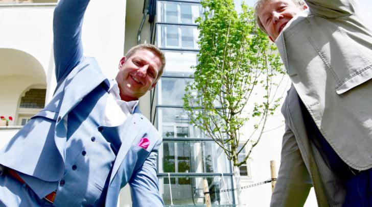 Bürgermeister Günther Albel und Museums- Direktor Dr.Kurt Karpf präsentieren den neuen Lift