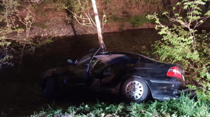 Das Auto blieb zwischen den Sträuchern hängen