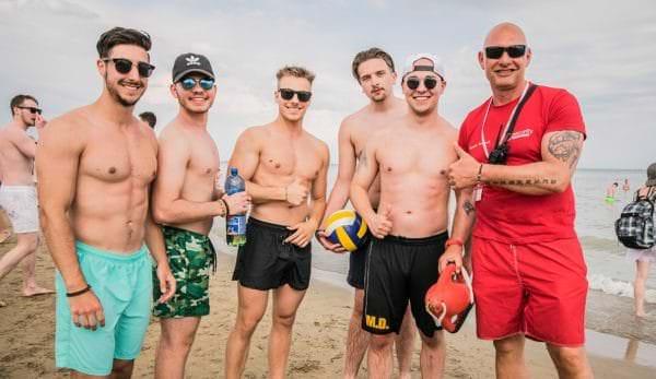 Partystimmung unter Aufsicht am Strand von Lignano.