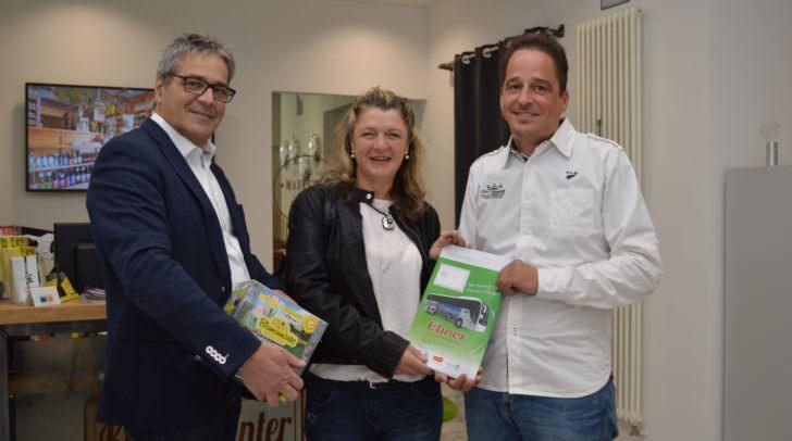 Birgit Wieser heißt die glückliche Gewinnerin des heurigen Stadtblumenmarkt-Gewinnspiels: Andreas Osinger (Ebner Reisen) und Stadtmarketing-Chef Gerhard Angerer bei der Übergabe des Reisegutscheins.