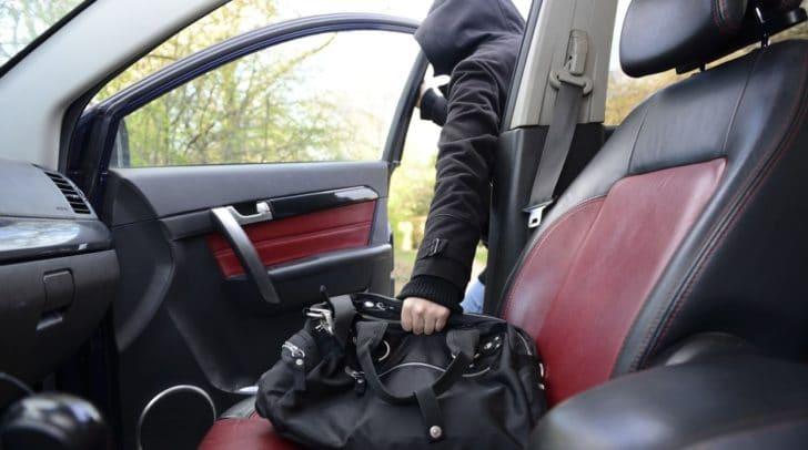 Die Umhängetasche wurde aus dem unversperrten Zustellfahrzeug gestohlen.