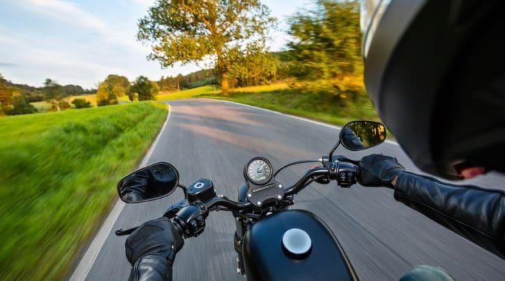 Der Motorradfahrer konnte sein Fahrzeug nicht rechtzeitig abbremsen und prallte gegen den abbiegenden PKW.