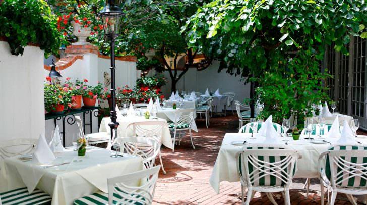Im Innenhof des Romantik Hotel Post genießt man Grillspezialitäten in besonderer Atmosphäre