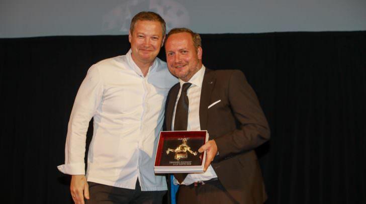 Andreas Döllerer überreicht Hubert Wallner den Preis für Kreative Küche