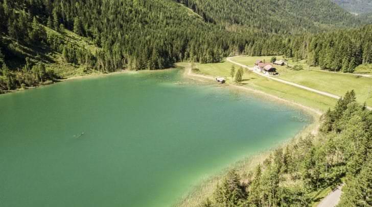 Nur wenige Kilometer südöstlich des Weißensees gelegen, befindet sich der Farchtensee (985 m ü. A.) in einem Paralleltal zum Stockenboier Graben.