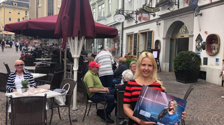 Jazz-Lounge am Hauptplatz: Romantikhotel Post-Direktorin Birgit Gschwenter lädt am kommenden Samstag erstmals zu Live-Musik auf die Hauptplatz-Terrasse.