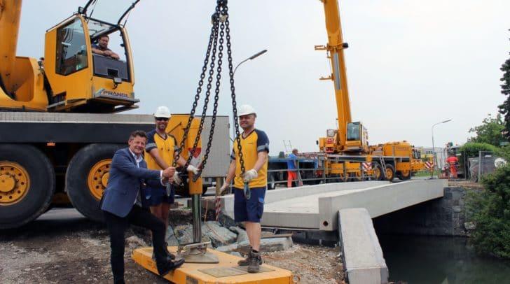 Straßenbaureferent Vzbgm. Christian Scheider machte bei der am Dienstag eingehobenen Geh- und Radwegbrücke einen Lokalaugenschein.