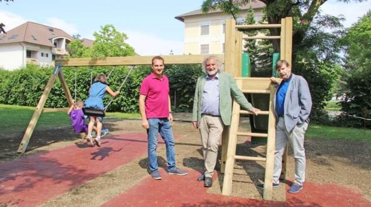 Die Kinder freuten sich mit Stadtrat Frank Frey, Mag. Reinfried Oblasser (IVK) und Gerhard Wiester (IVK) über die neue Spielanlage.