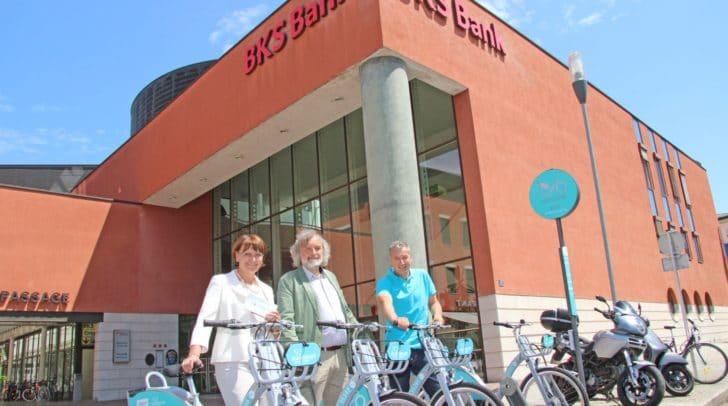Vorstandsdirektorin Herta Stockbauer mit Stadtrat Frank Frey und Wolfgang Hafner (Leiter Abteilung Klima- und Umweltschutz) bei der neuen Nextbike-Station vor der BKS.