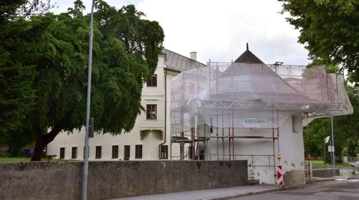 Die beiden Türme des Dinzlschlosses werden zurzeit aufwändig saniert.