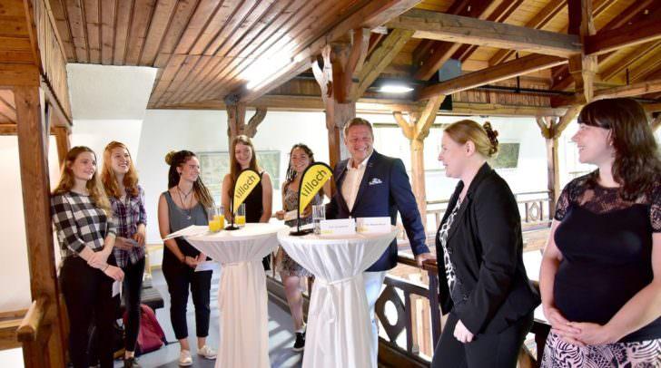 Stephanie Kure, Selina Umundum, Sarah Mandl, Sandra Mayer, Daphne Brandstätter, Bürgermeister Günther Albel, Prof.in Iris Schmidt und Prof.in Marion Ressel präsentierten die beiden neue Filme im Relief von Kärnten.