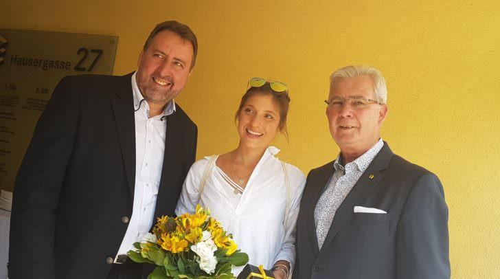 Erwin Baumann (l.) und Harald Sobe gratulierten Lisa Perterer auf der Überraschungsparty zu ihren Erfolgen