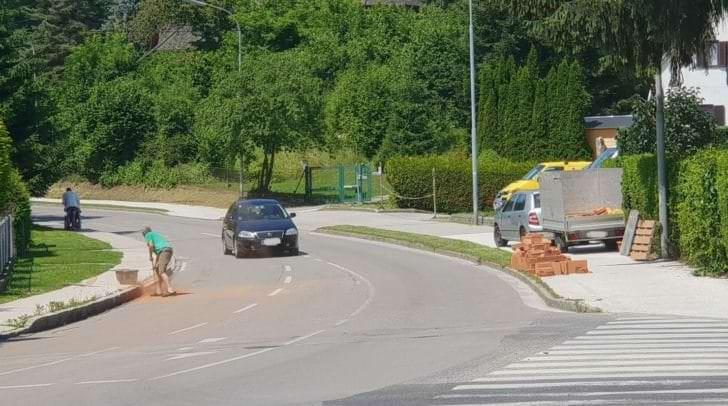 Die auf die Straße gekippten Ziegel wurden bereits entfernt und die restlichen Aufräumarbeiten sind fast abgeschlossen.