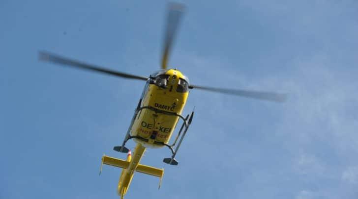 Erst nach der Erstversorgung vor Ort konnte der Verletzte von der Feuerwehr zum Rettungshubschrauber gebracht werden, der ihn in das UKH Klagenfurt flog.