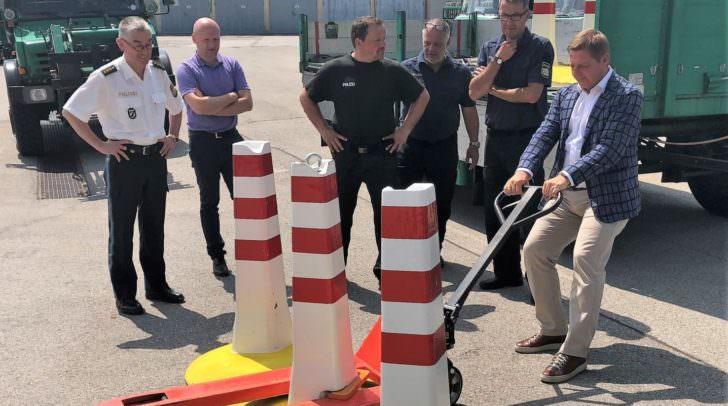 Villachs Bürgermeister Günther Albel testete die Mobilität der neuen Personenschutz-Barrieren eigenhändig in München