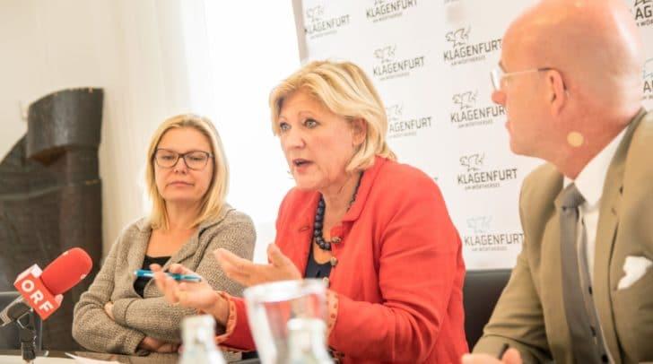 Expertin Dr. Kathrin Stainer-Hämmerle (links), bei einer Pressekonferenz zum Thema Hallenbad im Juni.