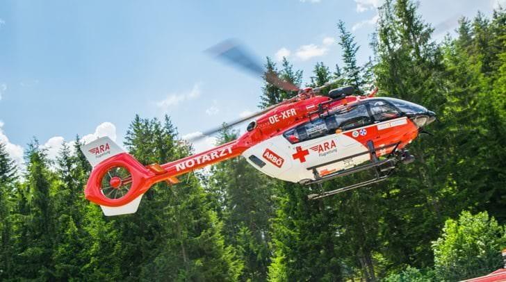 Der verletzte Arbeiter wurde mittels Seil geborgen und vom Rettungshubschrauber ins Klinikum Klagenfurt geflogen.