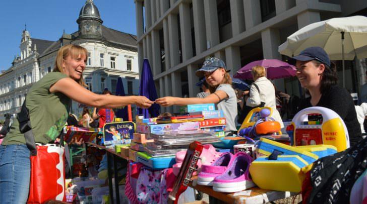 Hunderte Besucher – der Kinderflohmarkt in der Villacher Innenstadt war ein großer Erfolg. Es wurde von den Kleinen fleißig gefeilscht und verkauft.