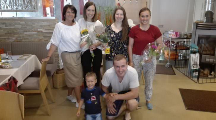 v.l.n.r.  Sabine Widnig, Daniela Ulbing, Jemima Juritz, Ina Meschik, knieend: Johann Stefaner mit seinem Sohn Maxi.