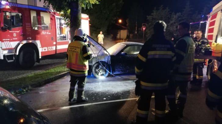 Mitten in der Nacht geriet ein Sportwagen in Brand