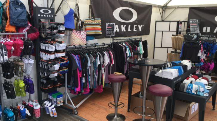 Oakley-Fans haben hier gut Lachen. In Plessins Oakley Shop erwartet euch eine Megauswahl rund um die Kultmarke!