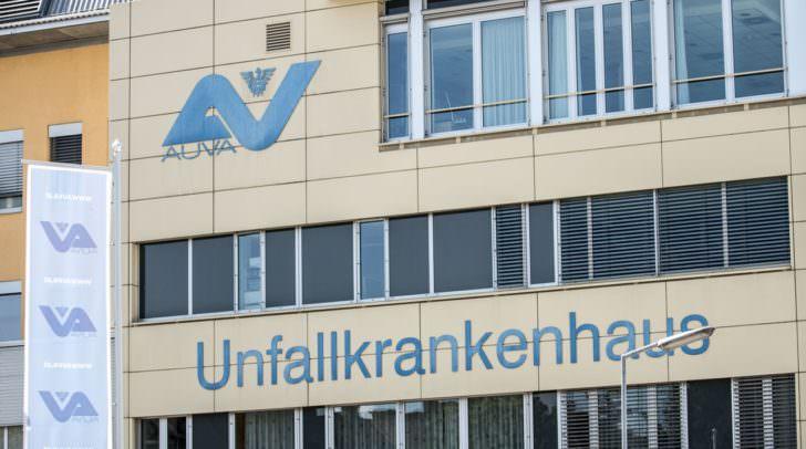 Die Rettung brachte den verletzten Motorrad-Lenker ins UKH Klagenfurt.