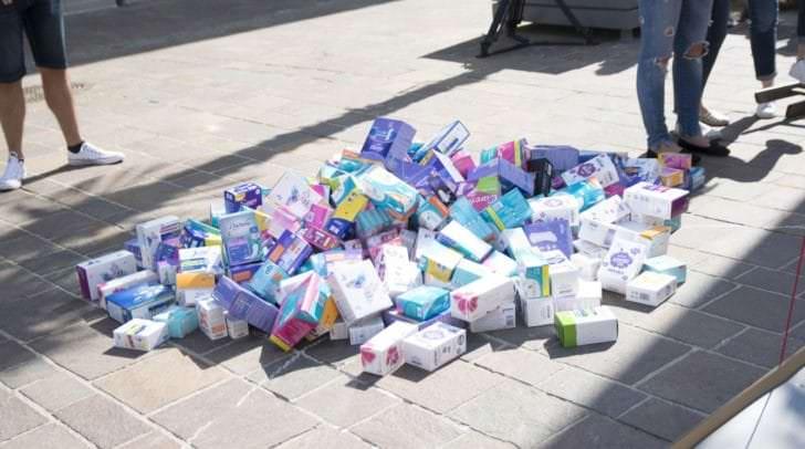 Ingesamt sollen 16.500 Binden und Tampons gestapelt werden