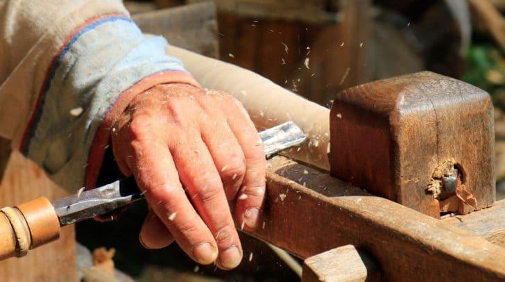 Bei Drechselarbeiten traf den 49-Jährigen ein Holzteil am Kopf und verletzte ihn unbestimmten Grades.