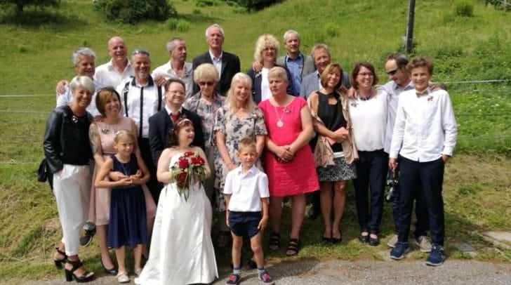 Freunde, Familie und Pflegepersonal war bei der Hochzeit mit dabei.