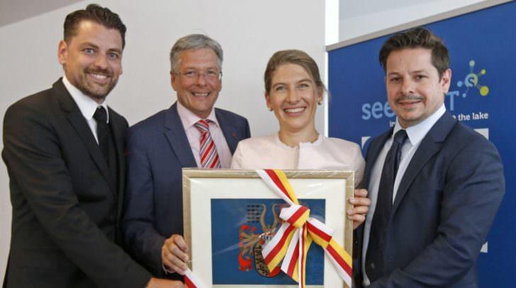 LH Peter Kaiser überreicht das Landeswappen an die Geschäftsführer von Uniquare Software Development GmbH Boris Grasser, Vera Led und Michael Schwarzenbacher