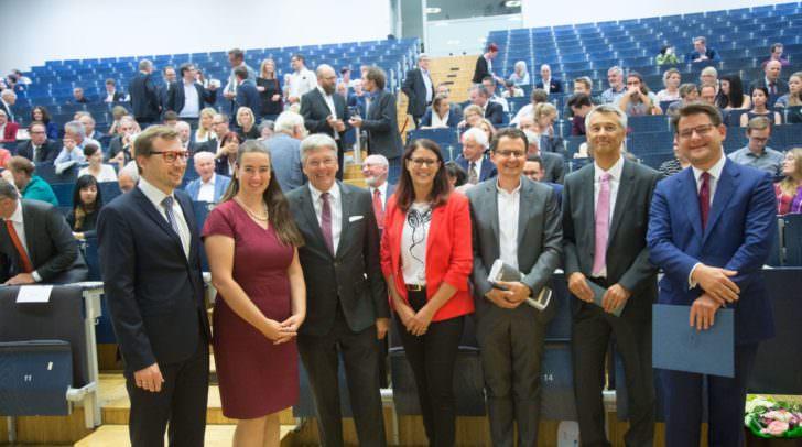 Dekan Erich Schwarz, Absolventin Silvia Häusl-Benz, LH Peter Kaiser, LR Sarah Schaar, Uwe Sommersguter, Wolfgang Brumnig und Rektor Oliver Vitouch.