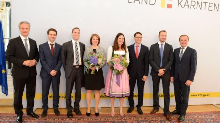 Wirtschaftslandesrat Ulrich Zafoschnig lobt sechs neue Steuerberater an und gratuliert zu den herausragenden Leistungen.