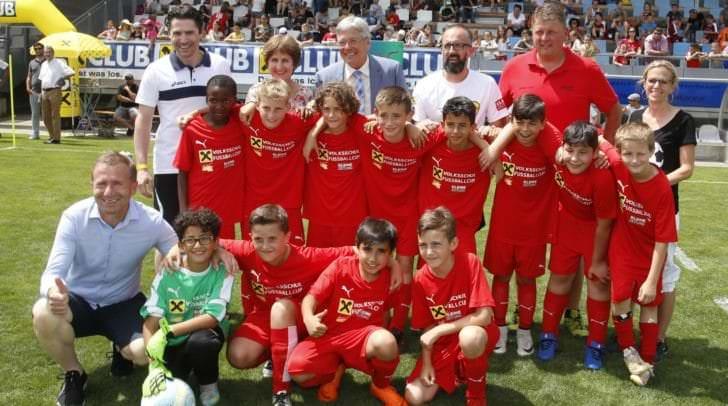 LH Peter Kaiser beim Finale des Volksschul Fussball Cup mit der Siegermannschaft VS 8 und KFV Präsident Klaus Mitterdorfer und CR Antonia Gössinger