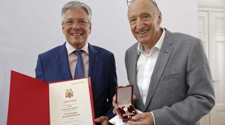 LH Peter Kaiser überreicht dem Fotografen Ernst Peter Prokop das Ehrenzeichen des Landes