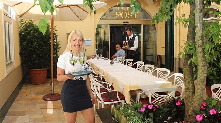 Hoteldirektorin Birgit Gschwenter empfiehlterfrischende und wohlschmeckende Sommergetränke, diemit Kräutern aus dem Kräuterbeet des Gastgartens verfeinert sind.