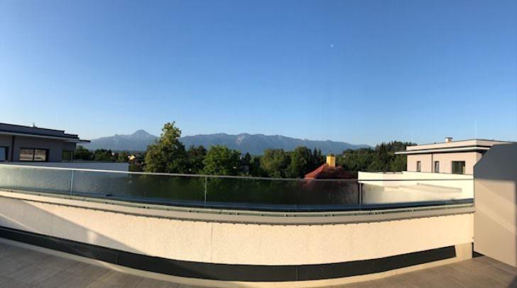 Die 80 m² Terrasse bietet einen traumhaften Ausblick auf den Mittagskogel.