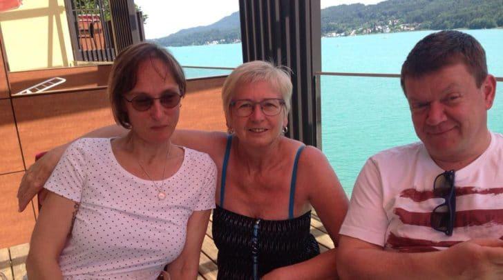 Maria und Wolfram Edlmayr mit einer Freundin während ihres Urlaubs am Wörthersee. Künftig dürfen sich die Beiden über ihre neue Eigentumswohnung am Landsitz Villach freuen!