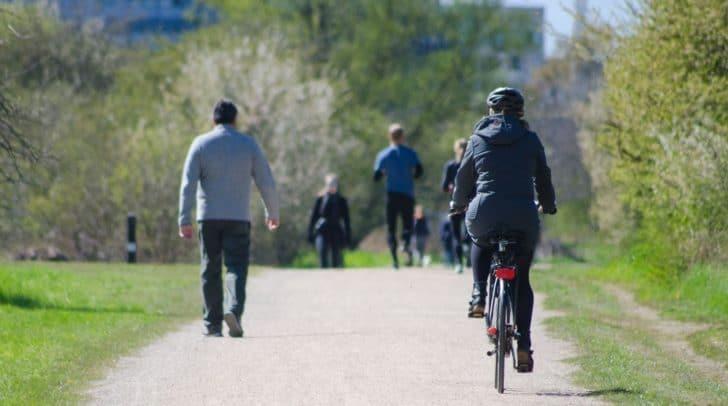 Die Radfahrerin übersah einen rot-weiß lackierten Pfosten, der auf dem Radweg fix montiert war, und prallte mit ihrem Fahrrad dagegen.