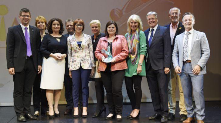 LR Martin Gruber, Präs.in Elisabeth Scheucher, Gilbert Isepp, LH Peter Kaiser und Horst Krainz mit dem Verein ARGE Sozial Villach.